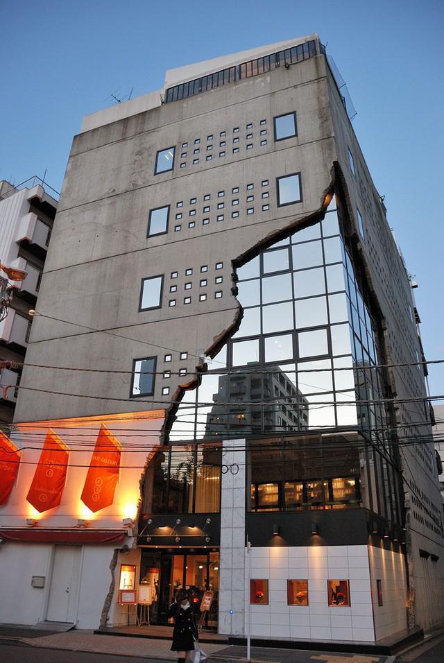 Bề ngoài có vẻ nham nhở này lại là yếu tố khác biệt, hấp dẫn của phòng triển lãm Ebisu East tại Shibuya, Nhật Bản.
