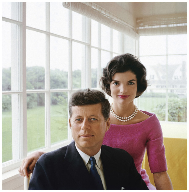 Jackie nói thông thạo tiếng Pháp và tiếng Tây Ban Nha. Việc làm đầu tiên của bà là phóng viên nhiếp ảnh cho The Washington Times- Herald, nhờ đó bà có cơ hội tiếp xúc với nhiều chính trị gia, tất nhiên trong số đó là John F. Kennedy.