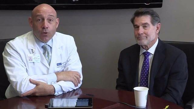 Giáo sư chuyên khoa niệu quản Mark S. Litwin (trái).