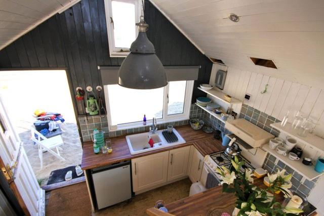 Nguồn năng lượng duy nhất cấp cho ngôi nhà này đấy chính là từ mhững tấm pin năng lượng mặt trời gắn trên mái nhà.
