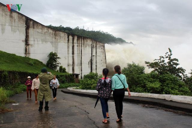 Nhiều người đã đến để tận mắt chứng kiến thủy điện xả lũ.