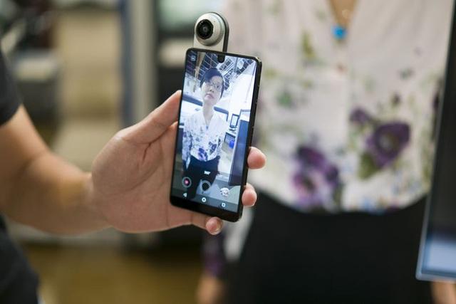 Camera được gắn bằng nam châm tạo ra video có chất lượng 4K và hình ảnh 360 độ. Photographer: Mark Gurman/Bloomberg Camera