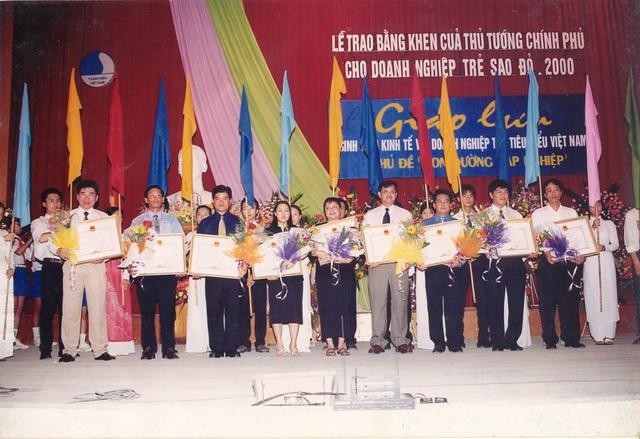 Ông Trần Đình Long – Chủ tịch HĐQT Tập đoàn Hòa Phát (đứng thứ 2 từ phải sang, hàng trên) nhận giải thưởng Doanh nghiệp trẻ Sao Đỏ năm 2000