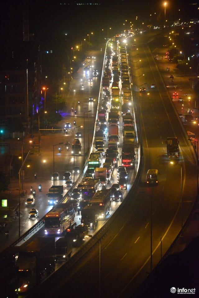 Hà Nội: Vạ vật đến nửa đêm vẫn không bắt nổi xe khách về quê nghỉ lễ 2/9 - Ảnh 4.