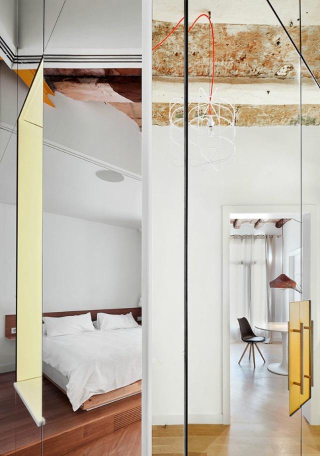 Được thay cửa và tường bằng gương, căn nhà cũ thay đổi không ngờ - Ảnh 4.