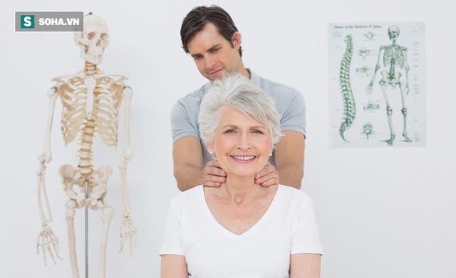 Những người mắc bệnh cột sống lưng không nên sợ bệnh mà không đi khám, nhất định phải tích cực chữa trị (Ảnh minh họa)