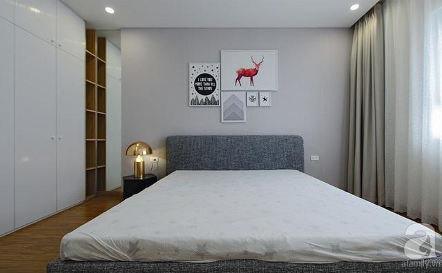 Phòng ngủ của vợ chồng anh Quân thiết kế hệ đại với tủ đồ lớn, cao sát trần.