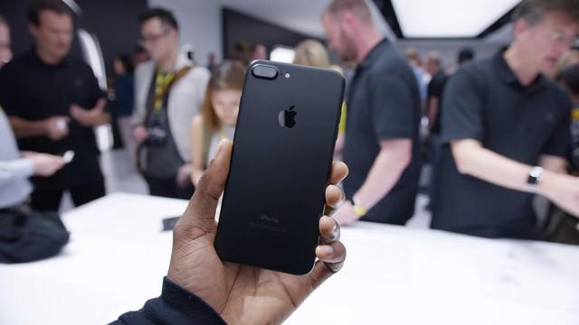 Thượng sách cho người Việt bây giờ là mua iPhone 7 thay vì mơ tưởng iPhone 8 hay iPhone X - Ảnh 1.
