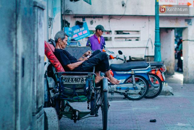 Giờ cao điểm là lúc tất cả phương tiện ùn ra đường, chỉ trừ xe... xích lô. Xích lô ở Sài Gòn từ lâu đã không còn là phương tiện được lựa chọn, còn rất ít bác tài gắn bó với chiếc ngựa sắt cũ kỹ này.