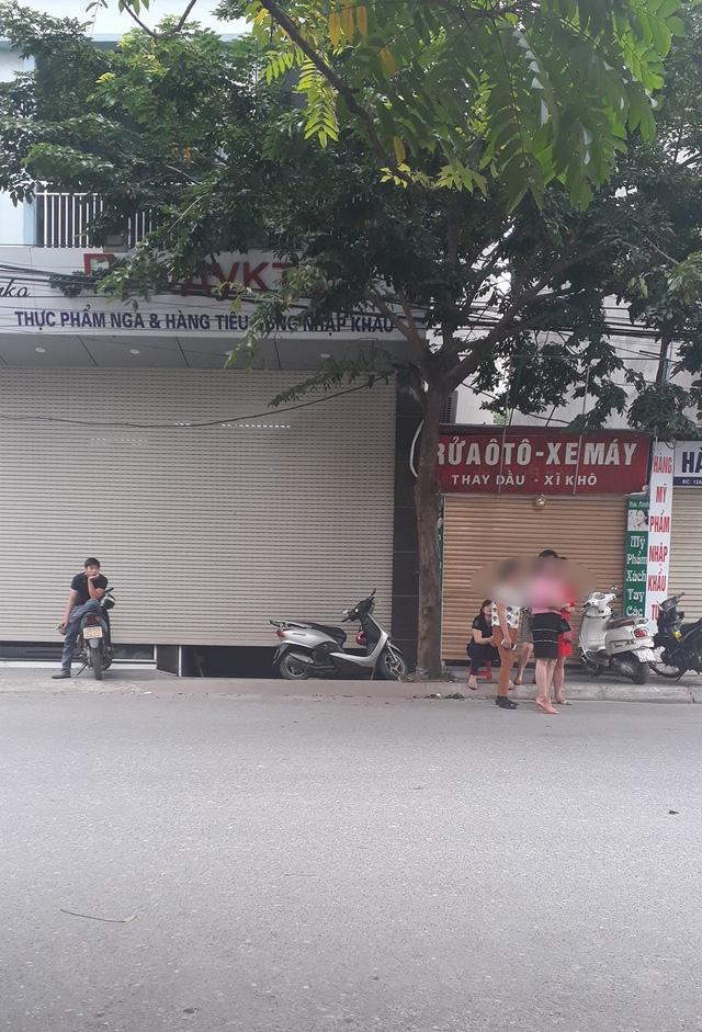 Một số cửa hàng đã hạ và thay biển mới.