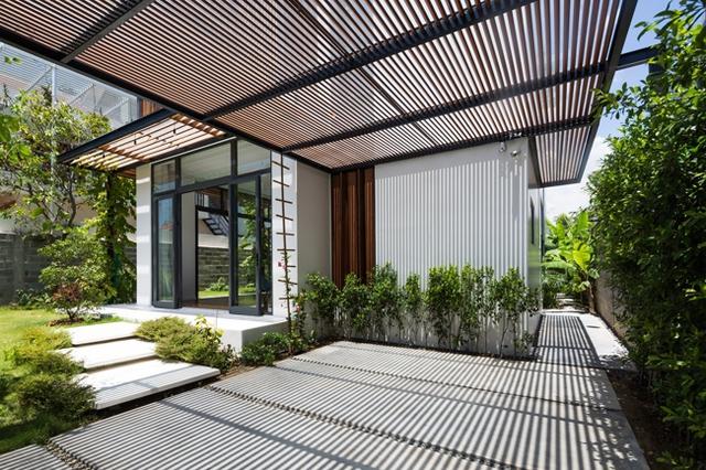 Hệ mái gỗ ở sân vườn giúp chắn nắng và giúp không gian đẹp, mềm mại hơn.