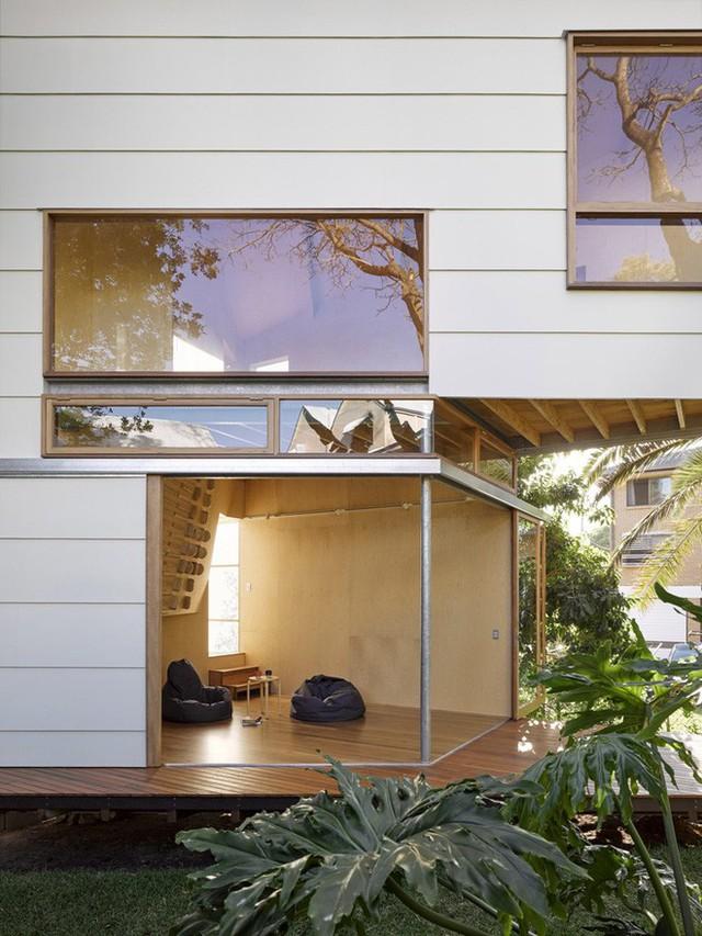 Lớp tường kính phía trước mở rộng tối đa, kết nối với thiên nhiên xanh tươi, trong lành bên ngoài.