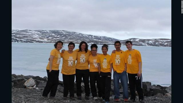 Maggie Macdonnel cùng đồng nghiệp chụp ảnh kỉ niệm chiến thắng giải thưởng giáo viên toàn cầu 2017. Maggie Macdonnel là giáo viên tới từ làng Salluit thuộc vùng Bắc cực của Canada.