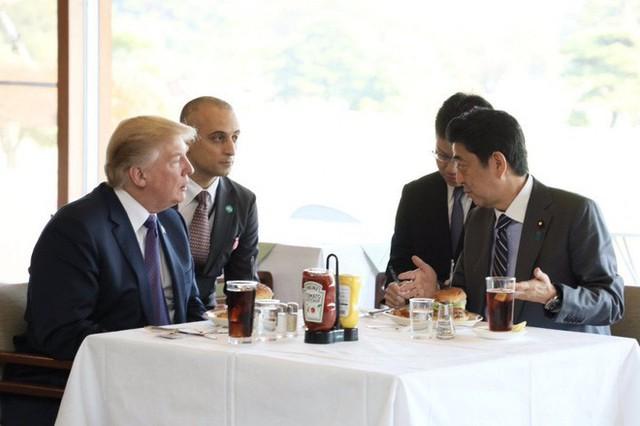 Ông Trump ăn bánh kẹp, uống Cola tại Nhật Bản. (Ảnh: AbeShinzo/Twitter)