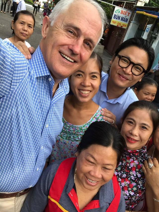 Sau khi thưởng thức bữa sáng, ông Malcolm Turnbull vui vẻ chụp ảnh cùng người dân Đà Nẵng.Ảnh: Facebook Australia in Vietnam