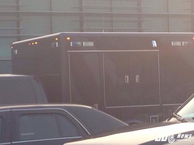 Cận cảnh bên hông xe chuyên dụng của Đơn vị Xử lý Vật liệu Độc hại trong đoàn xe hộ tống Tổng thống Mỹ tại sân bay Nội Bài, chiều 11/11. (Ảnh: Hữu Dánh)