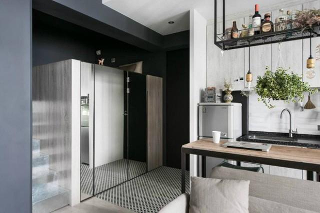 Tủ đựng đồ và bếp ăn được kê sát tường, các khu vực lưu trữ đồ được bố trí thông minh giúp tăng thêm nơi cất đồ đạc giúp không gian thêm gọn gàng.