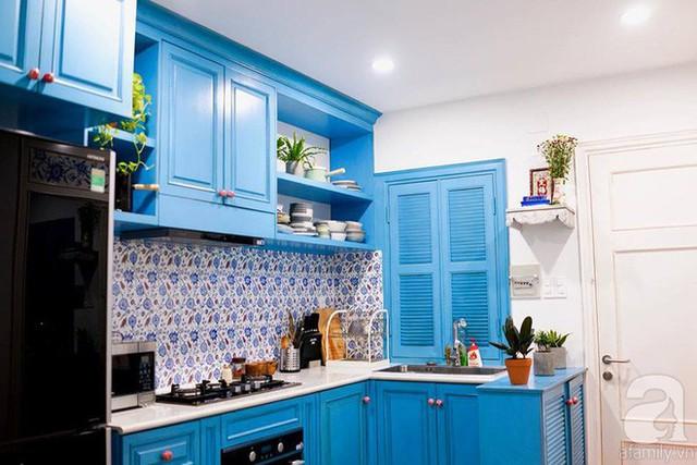 Căn bếp mát mẻ với màu xanh, tường gạch hoa và cây xanh.