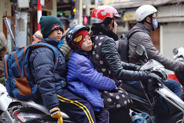 Chùm ảnh: Người Hà Nội co ro xuống phố trong cái lạnh kỷ lục từ đầu mùa - Ảnh 4.