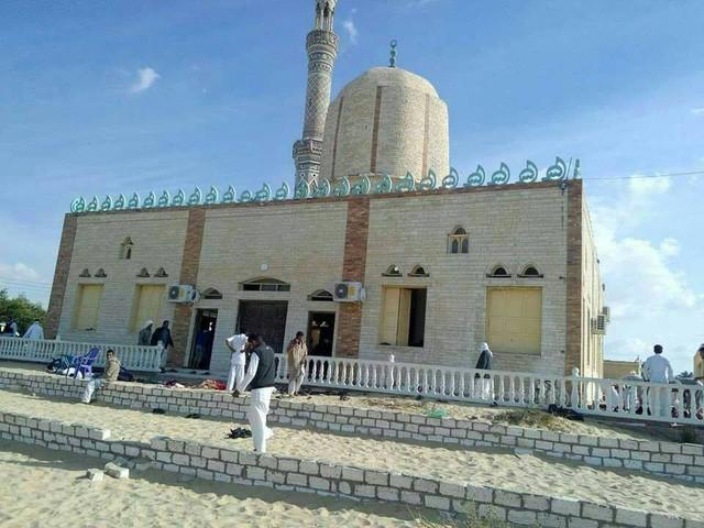 Cảnh tang thương trong vụ tấn công tồi tệ bậc nhất lịch sử Ai Cập làm 235 người chết - Ảnh 4.