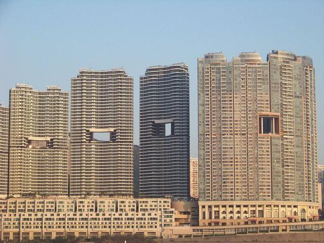 """photo-3-1511659257069 Bí mật thú vị đằng sau những """"lỗ hổng"""" siêu to ngay giữa các ngôi nhà cao tầng ở Hồng Kông"""