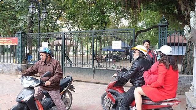 """Đóng cửa bãi xe Văn Miếu, du khách chịu cảnh """"chặt chém"""" để vào di tích - Ảnh 4."""