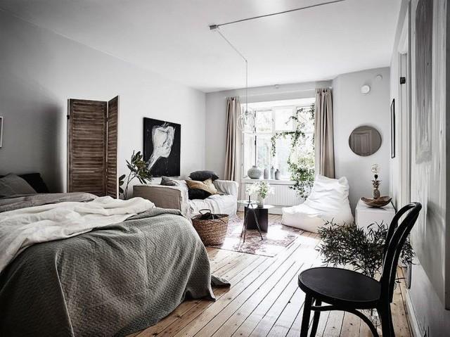 Từ cửa bước vào là cả một không gian mở rộng thoáng với giường ngủ và khu vực tiếp khách được bố trí chung một không gian mở.