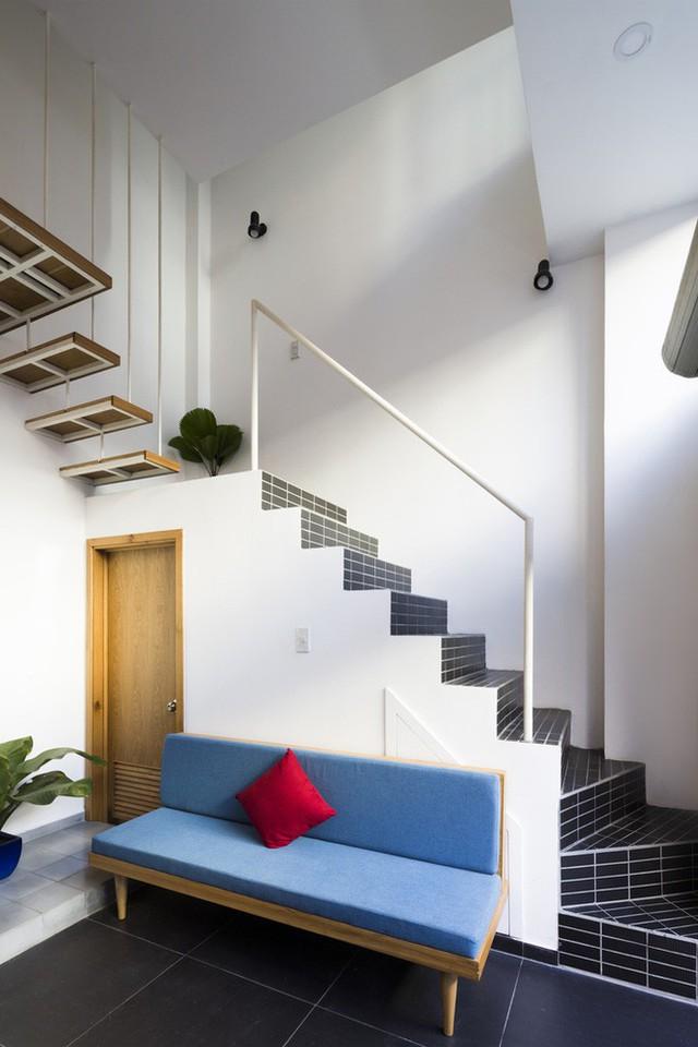 Gầm cầu thang tầng 1 được tận dụng làm nhà vệ sinh và kho đồ. Đi kèm đó là một chiếc ghế nhỏ để gia tăng chỗ ngồi cho gia chủ.