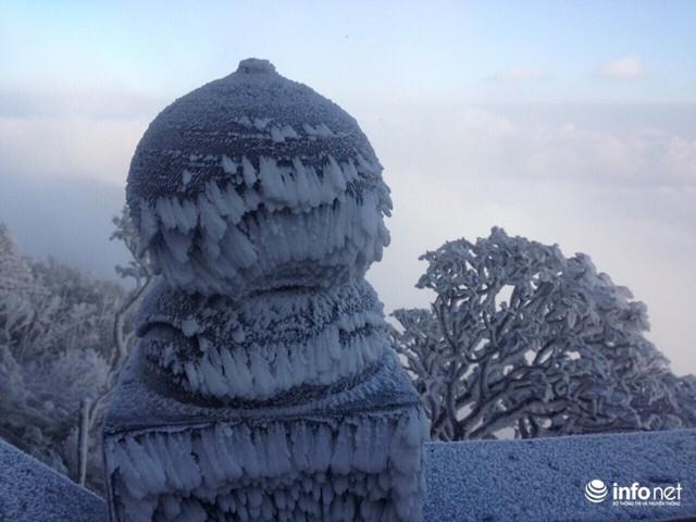 Nhiệt độ xuống âm 7 độ C, đỉnh Fansipan phủ trắng băng tuyết - Ảnh 4.