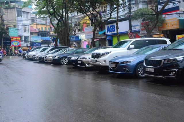 """Phí trông giữ xe ô tô ở Hà Nội lên đến 4 triệu đồng/ tháng, nhiều người phải lao đao """"méo mặt"""" đi tìm chỗ gửi xa nhà - Ảnh 3."""