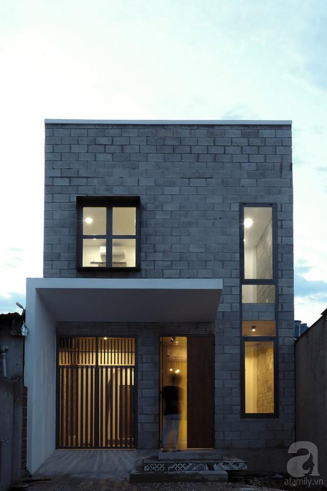 Bên ngoài ngôi nhà được xây bằng gạch không nung cá tính, giúp giảm bức xạ từ ánh nắng để nhà được mát hơn.