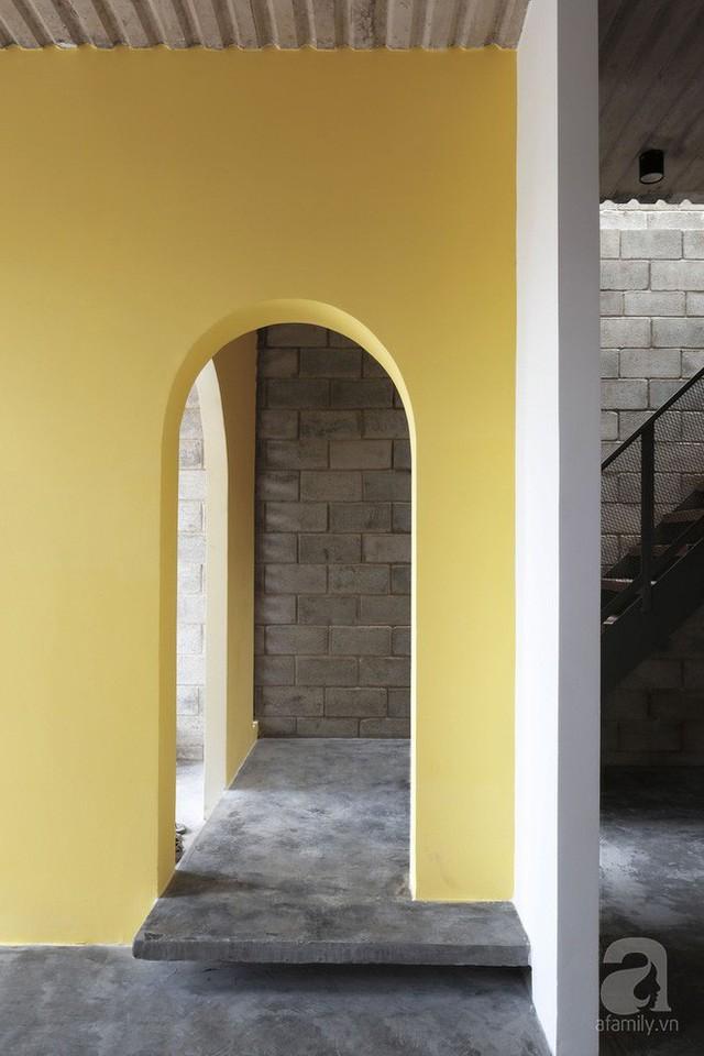 ... nửa còn lại dành cho không gian giao tiếp với lối cửa gỗ dẫn vào phòng khách.