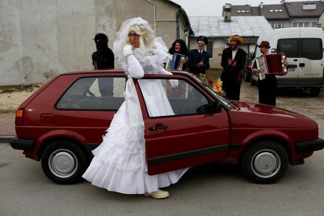 Người dân tham gia vào một sự kiện truyền thống Kusaki, đánh dấu ngày cuối cùng của mùa lễ hội. Đây là một bữa tiệc dân gian tái hiện lại việc đánh bại cái chết, nơi mà tất cả các vai diễn đều do nam giới thủ vai, tại làng Jedlinsk gần Radom, Ba Lan, ngày 28 tháng 2.