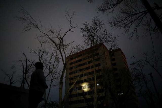 Carmen De Jesus sử dụng đèn pin chiếu vào trại dưỡng lão Moradas Las Teresas, nơi có khoảng hai trăm người cao tuổi đang sống trong tình trạng không có điện do cơn bão Maria tại Carolina, Puerto Rico gây ra. Bức ảnh được chụp vào ngày 30 tháng 9.