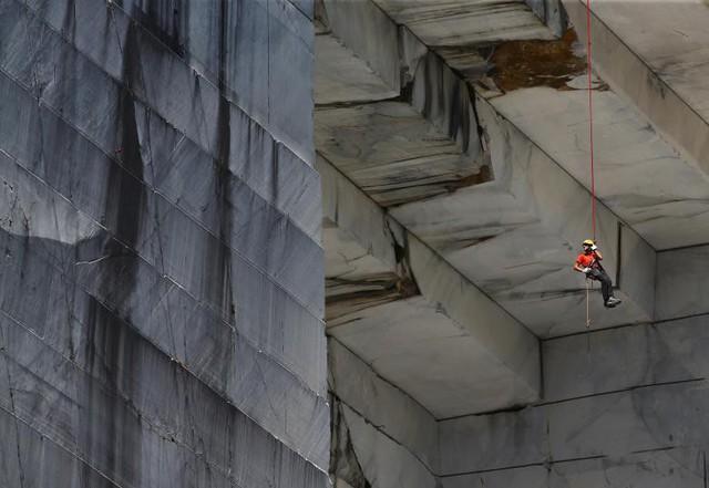 Một công nhân còn được biết đến với tên Tecchiaiolo đang khảo sát đá cẩm thạch tại mỏ đá Cervaiole trên Monte Altissimo ở Apuan Alps, Tuscany, Ý, ngày 18 tháng 7.