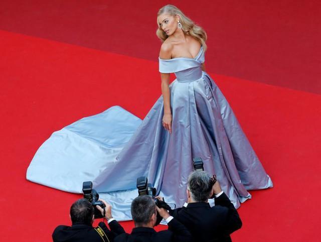 Người mẫu Elsa Hosk tạo dáng trên thảm đỏ tại Liên hoan phim Cannes.
