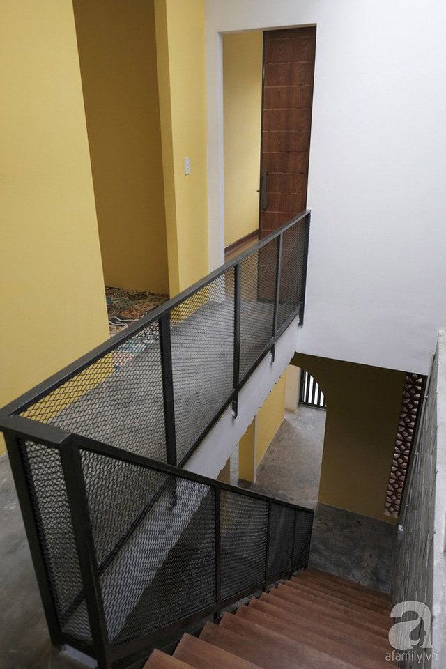 Cầu thang mặt gỗ và lưới thép chắc chắn, đẹp mắt.
