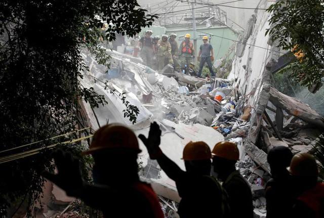 Những người lính và nhân viên cứu hộ đang tìm kiếm những người còn sống sót trong đống đổ nát sau trận động đất ở thành phố Mexico, nước Mexico hôm 20 tháng 9 vừa qua.
