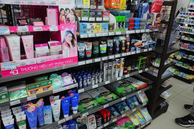 Sản phẩm bao cao su nằm trên quầy đối diện với quầy tính tiền gây sự chú ý là một điểm cộng ở Family Mart.