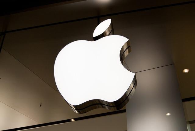 và ở trước Apple Store