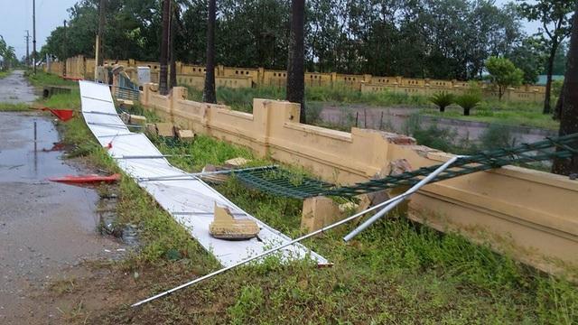Tường rào huyện ủy Lộc Hà bị đổ