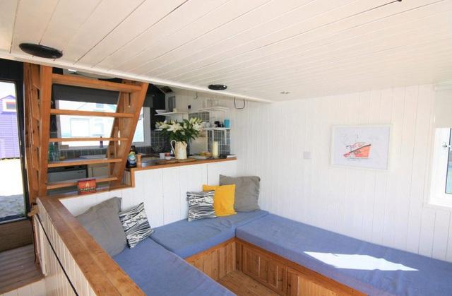 Không gian phòng khách cũng là chỗ ngủ tha hồ cho 2 người.