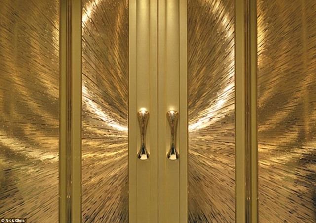 Nhìn vào cánh cửa này, người ta tưởng tượng đến thiết kế trong một lâu đài sang trọng chứ ai mà ngờ được nó lại nằm trên một phương tiện vận chuyển cơ chứ?