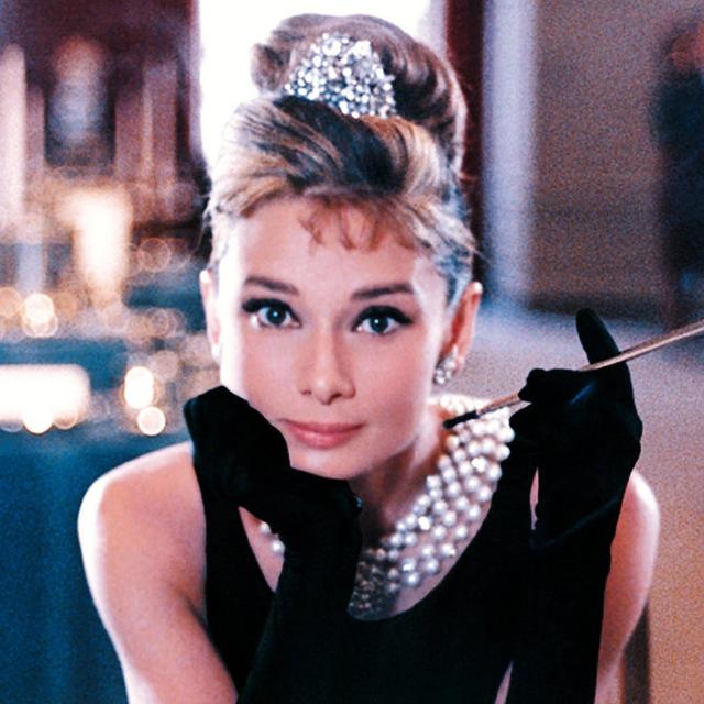 Ngoài ra, chiếc váy đen mang thương hiệu Givenchy do nữ diễn viên Audrey Hepburn mặc trong phim Breakfast At Tiffany's cũng được đánh giá là một trong những chiếc váy có tính biểu tượng. Chiếc váy này đã được bán với giá 1 triệu USD tại một buổi đấu giá.