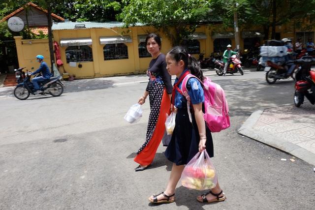 Phụ huynh học sinh cũng đến phố mua đồ ăn, thức uống.