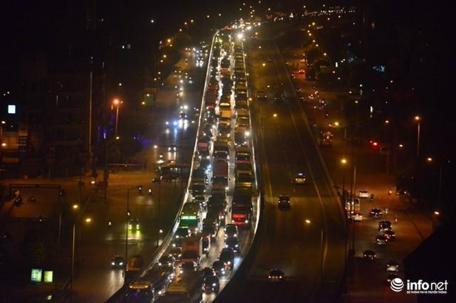 Hà Nội: Vạ vật đến nửa đêm vẫn không bắt nổi xe khách về quê nghỉ lễ 2/9 - Ảnh 5.