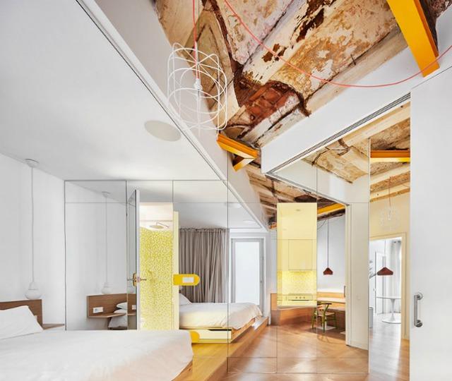 Được thay cửa và tường bằng gương, căn nhà cũ thay đổi không ngờ - Ảnh 5.