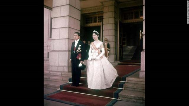 Thái tử và Thái tử phi thay lễ phục sau khi tiến hành xong hôn lễ truyền thống (Ảnh: Internet)