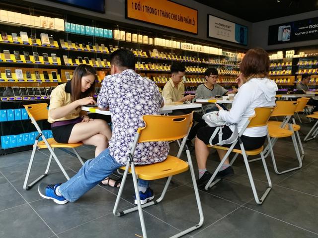 Bên trong cửa hàng mới toanh của Thế Giới Di Động: Đẹp, sang, ít nhân viên - Ảnh 8.