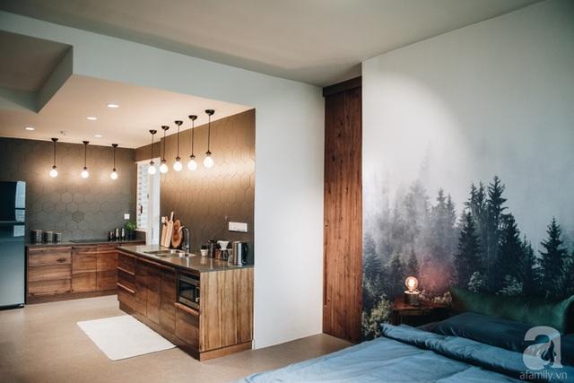 Phòng ngủ được bố trí cạnh nơi tiếp khách, không gian chức năng được tiếp nối ăn ý, phù hợp mang lại sự liên kết hài hòa của bảng màu.